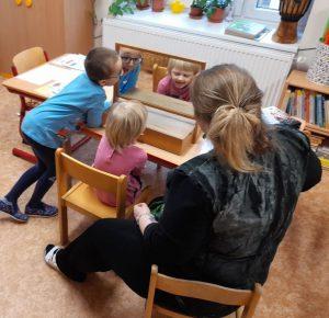 Zrcadlo dětem slouží jako zraková kontrola.